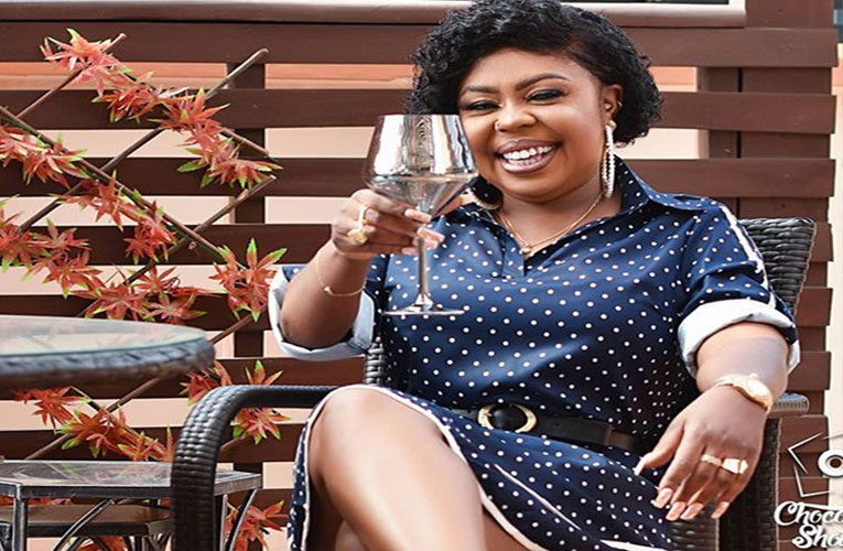 Afia Schwarzenegger Spotted Sharing Money To Hawkers